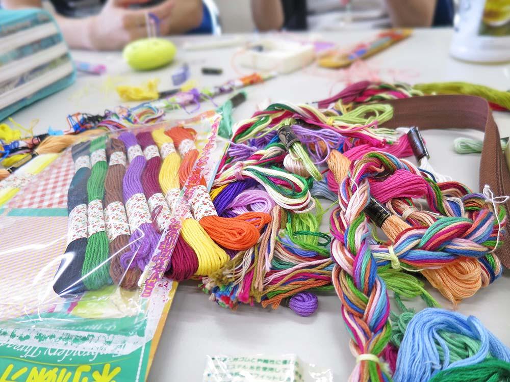 机の上に並べられたカラフルな糸