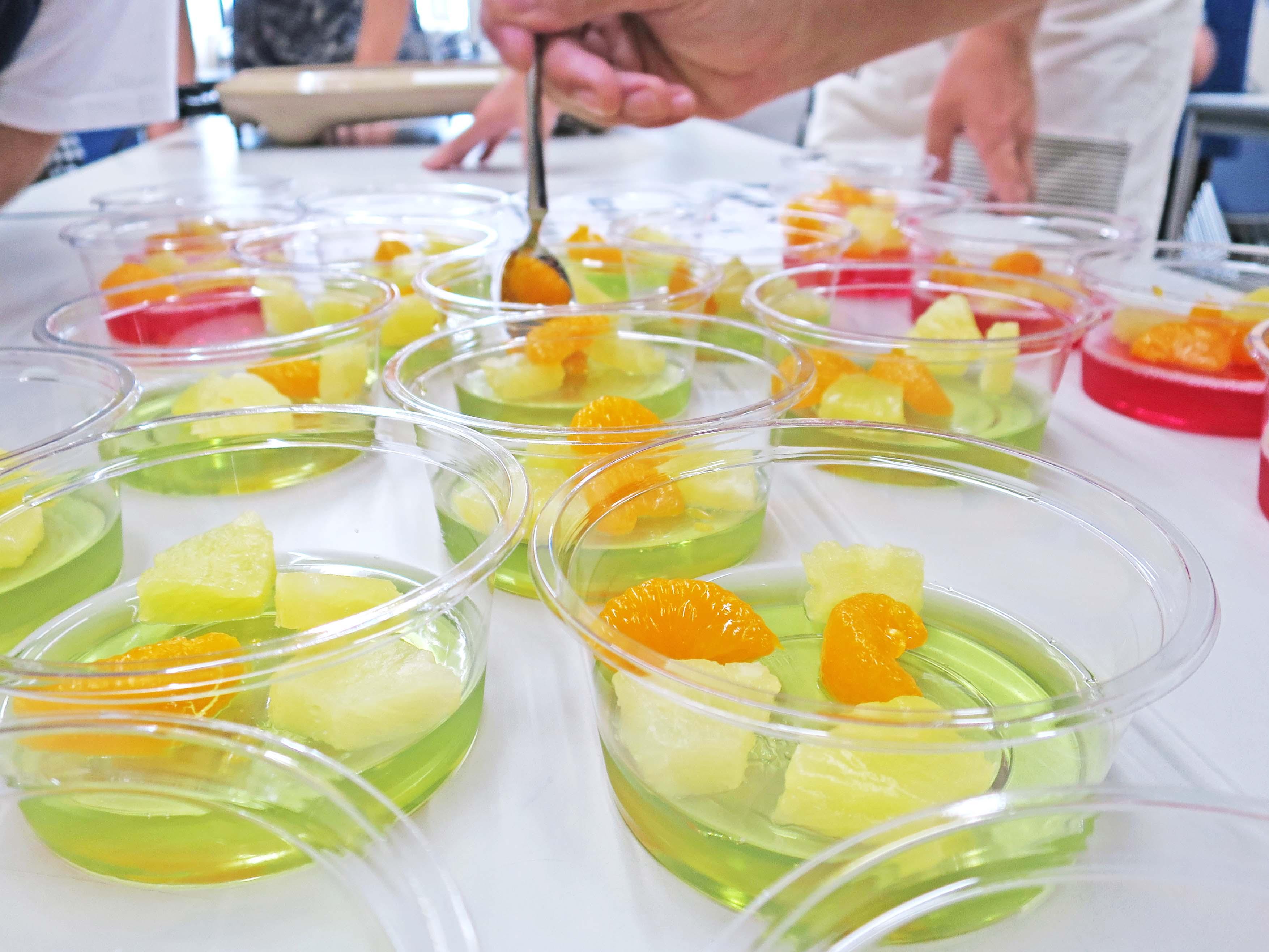 デザートのゼリー:具はミカンやパイナップル