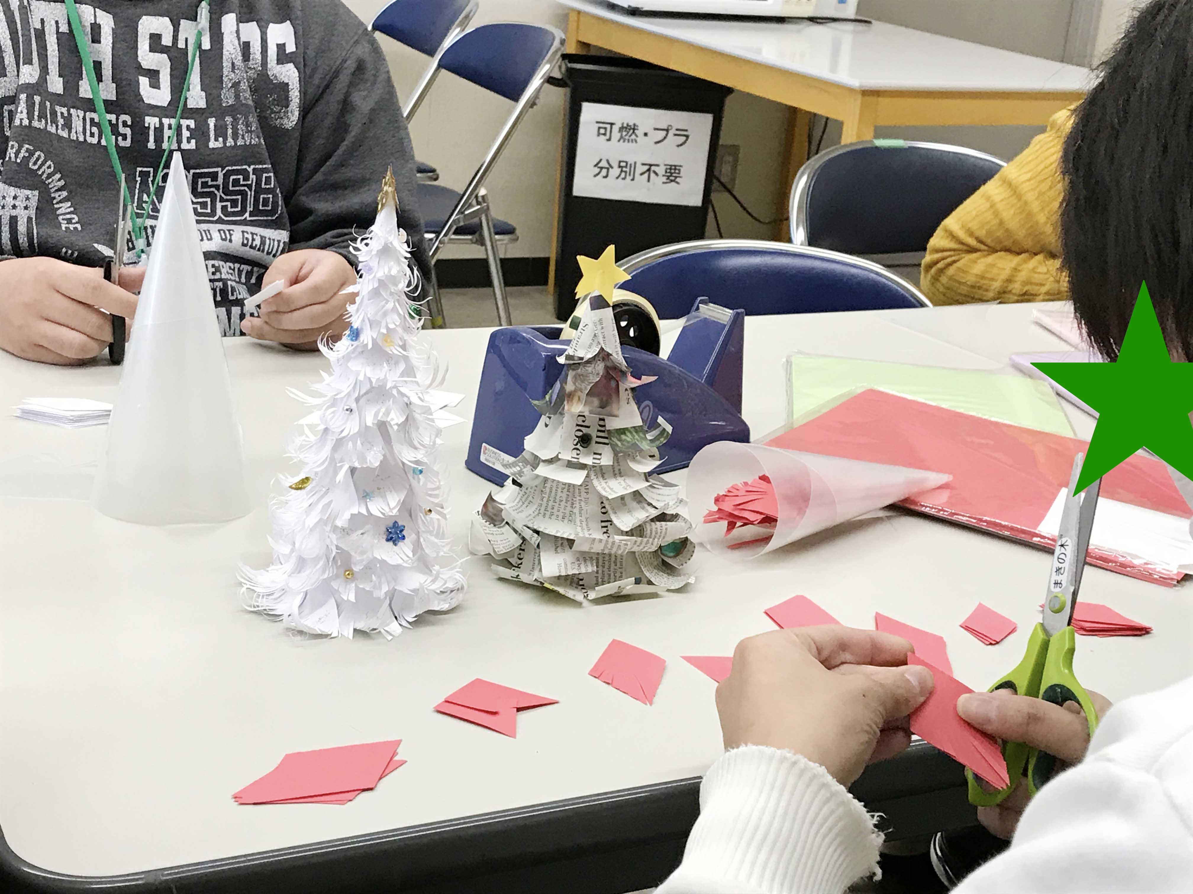 テーブル中央にはプラスチックの円錐と紙で覆われた見本