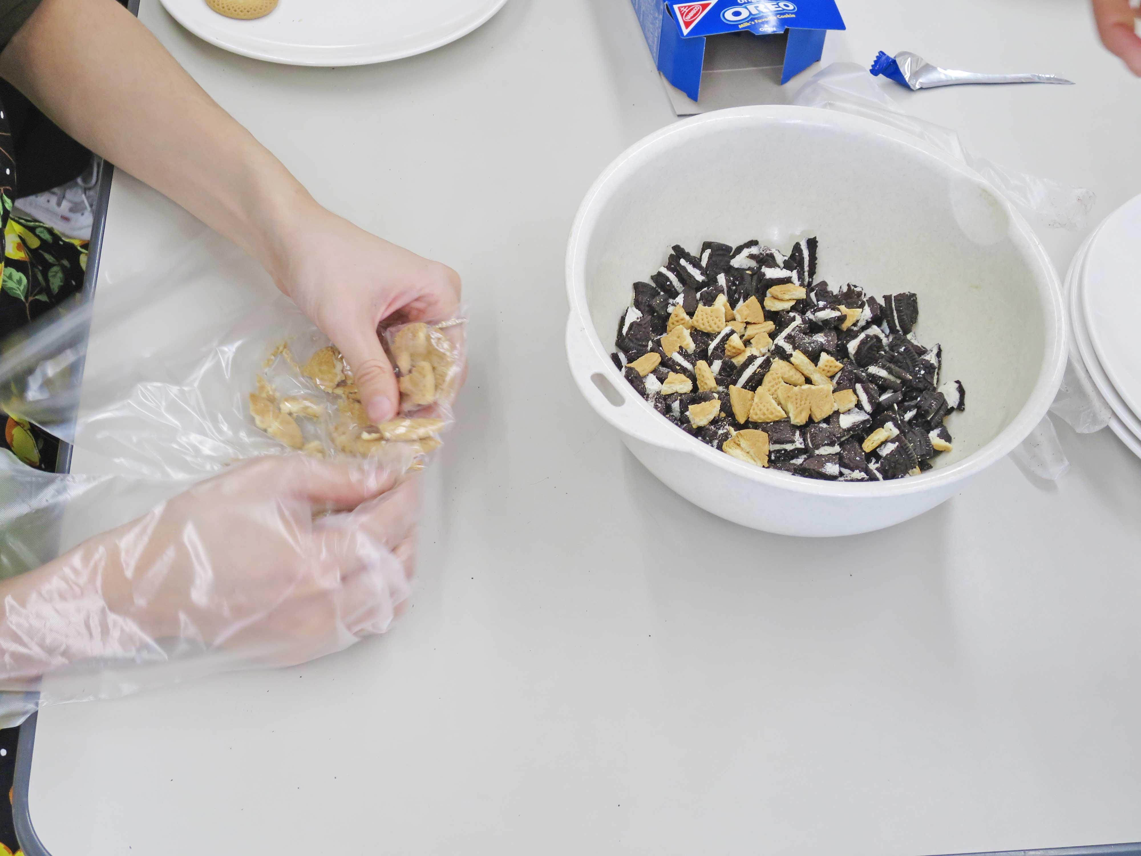 オレオとクッキーは手で砕かれます