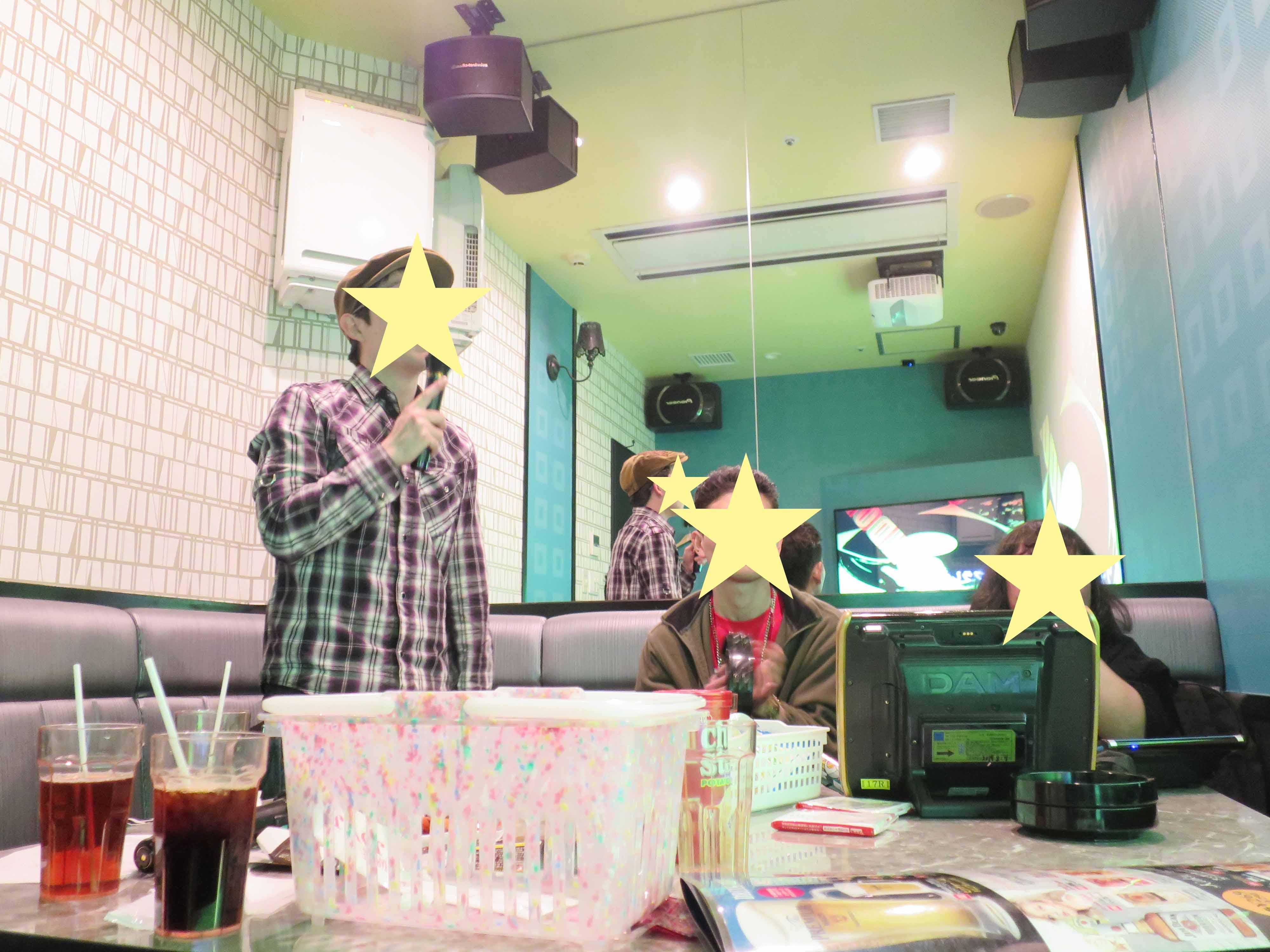 歌唱中、他の人も画面に釘付け