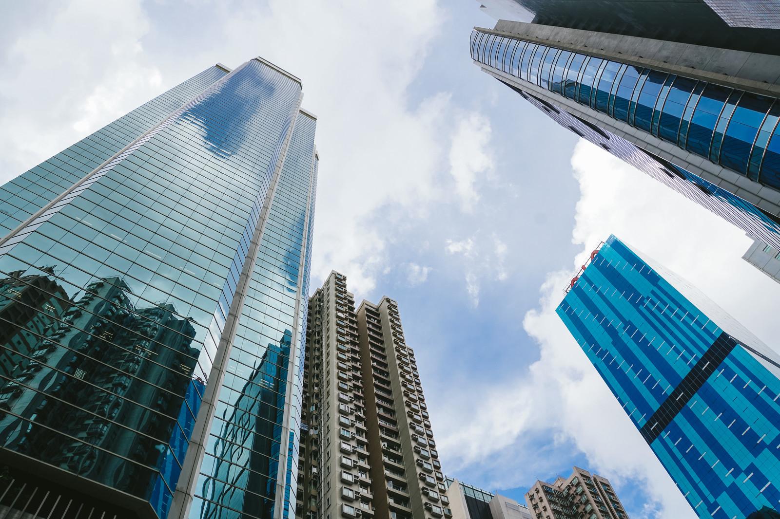 地上から見上げた高層ビル群