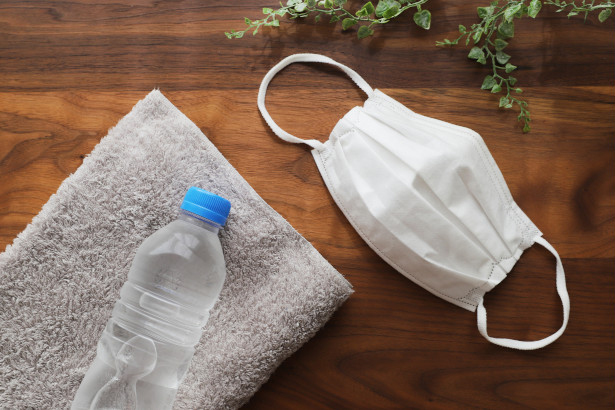 ペットボトルの水とタオルとマスク