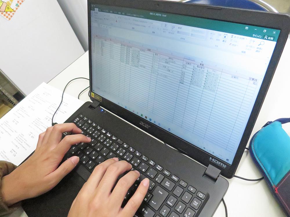 Excel表に名刺の内容を1枚1枚入力する作業