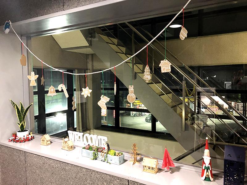 入り口もクリスマスの飾り付けになりました