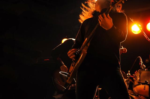 ギタリストの写真;メタル音楽でストレス軽減