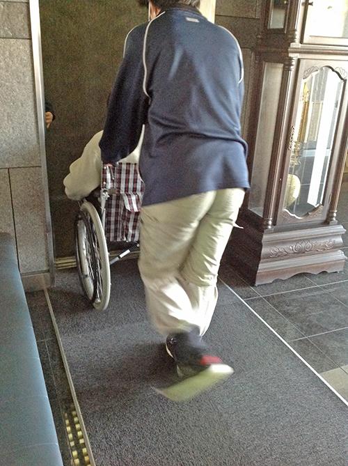 エレベーターの中まで車いすを押していく