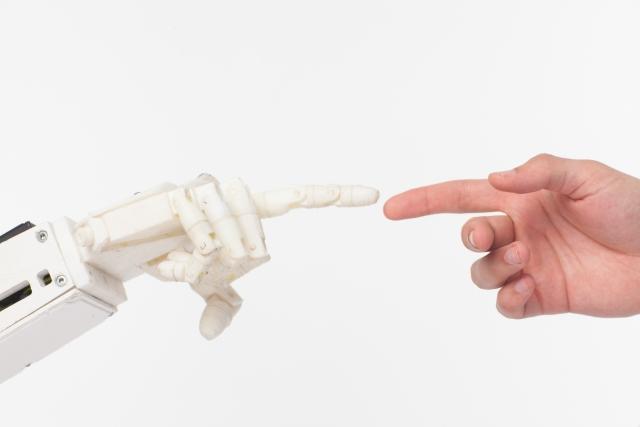 ロボットと手を合わせる