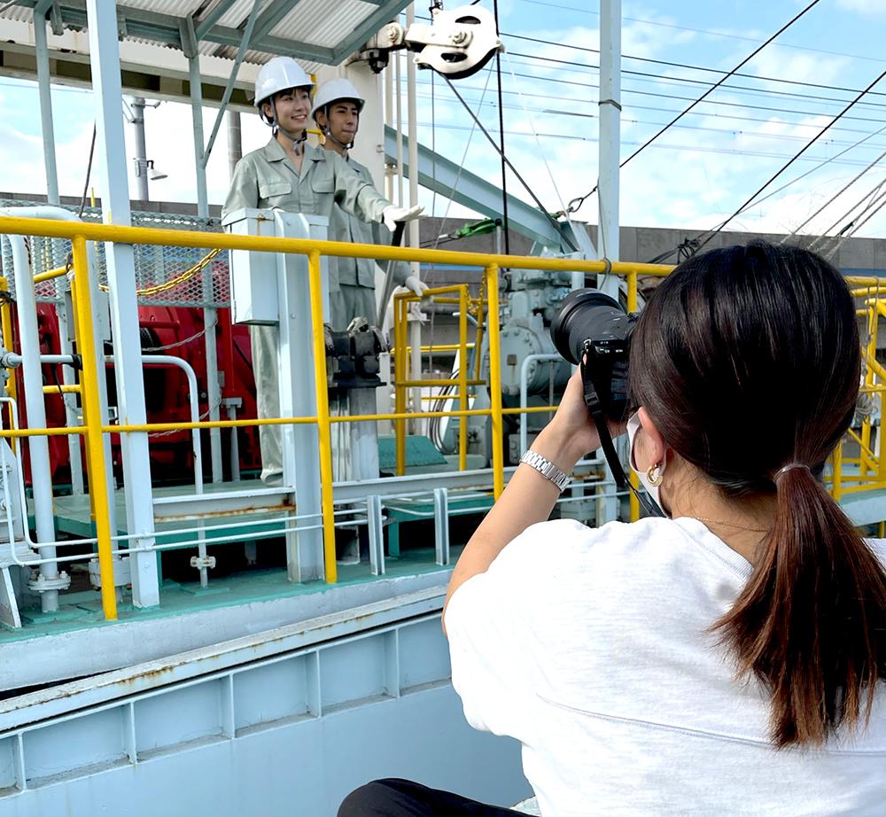 カメラマンに撮られるモデル2人