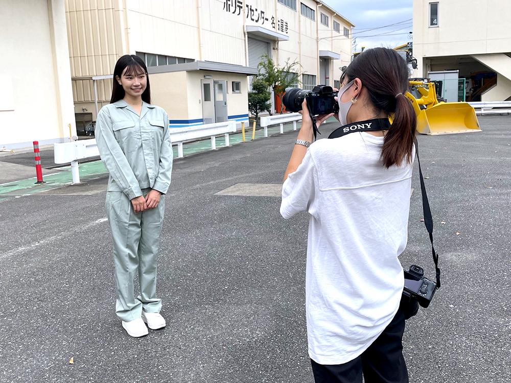 カメラマンの前でポーズを撮る女性モデル